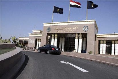 Pedradas entre partidarios y opositores a Mubarak ante la sede del tribunal en el que hoy será juzgado