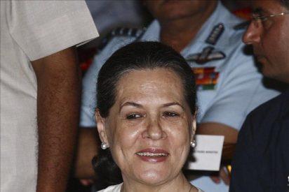 """Sonia Gandhi se opera """"con éxito"""" de su dolencia, según su partido"""