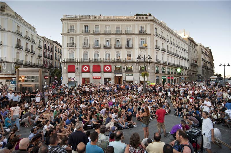 Más de medio millar de personas asisten a la asamblea general del 15-M en la Puerta del Sol