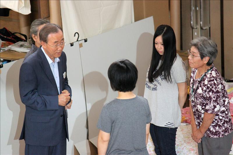 El secretario general de la ONU visita a los evacuados en Fukushima