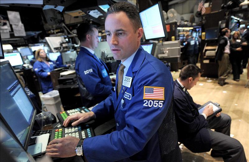 Wall Street baja el 1,86 por ciento en la primera jornada tras la recalificación de la deuda a EE.UU.