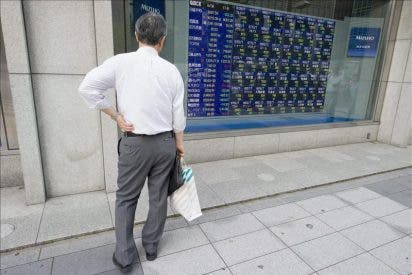 El Nikkei cierra por debajo de los 9.000 puntos ante el temor a una recesión global