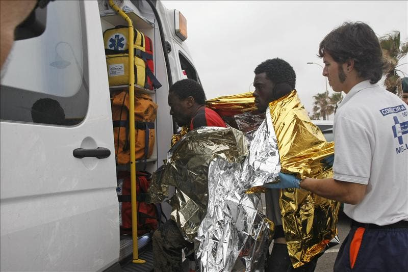 La Guardia Civil rescata una barca de juguete con 7 inmigrantes en Melilla