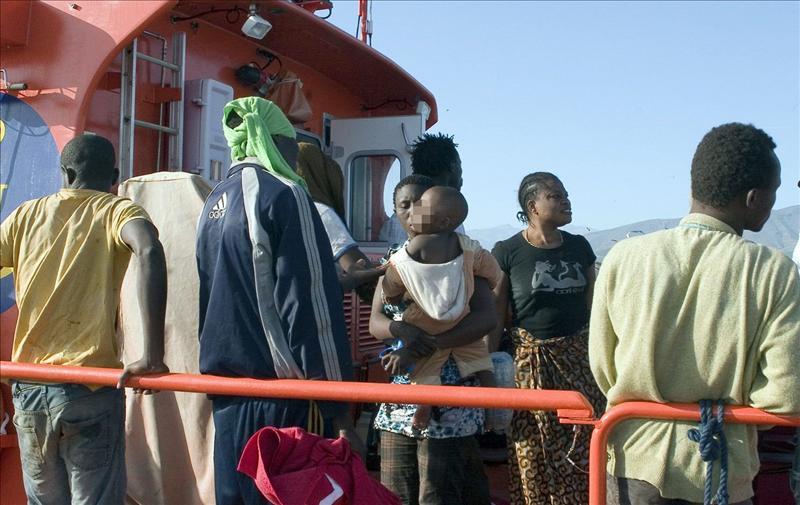Rescatados 14 inmigrantes en una embarcación a la deriva cerca de Motril