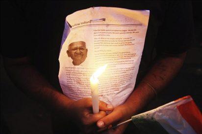 Anna Hazare pasa la noche en la cárcel pese a recibir la orden de libertad