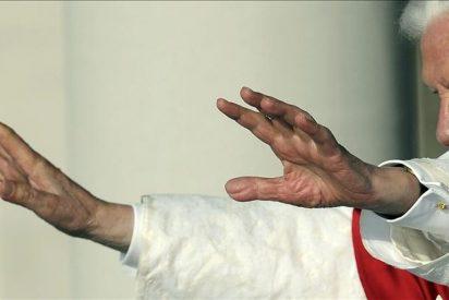 El papa preside una vigilia y confiesa a varios jóvenes en su tercer día