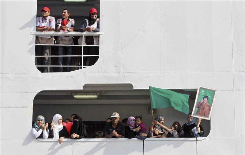 El barco de la OIM para evacuar inmigrantes llega al puerto de Trípoli