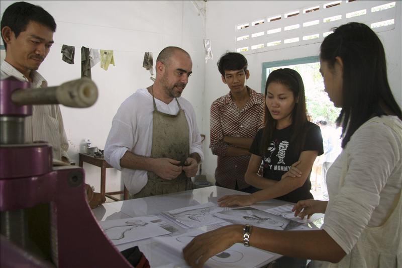 Artistas mexicanos introducen a los camboyanos en el arte del grabado