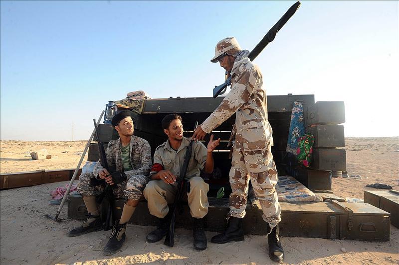 Trípoli, desabastecida y con vacío de poder político, aguarda suministros