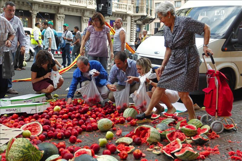 Payeses reparten fruta frente al consulado francés en protesta por el boicot