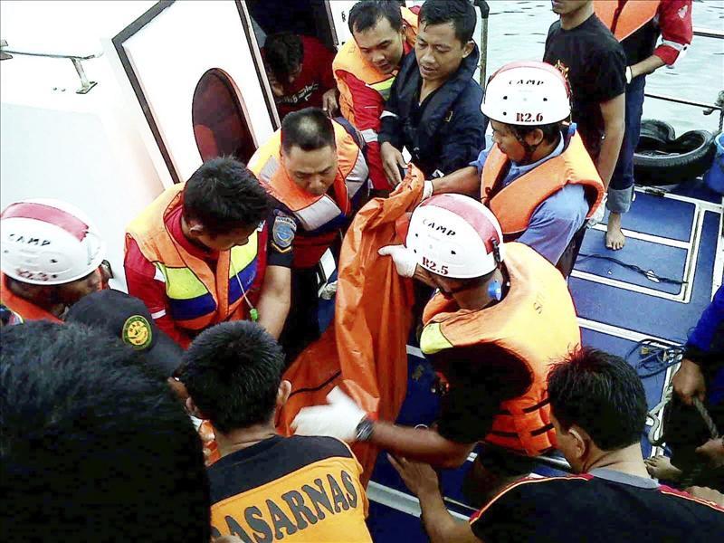 Al menos diez muertos al naufragar un barco de pasajeros en Indonesia