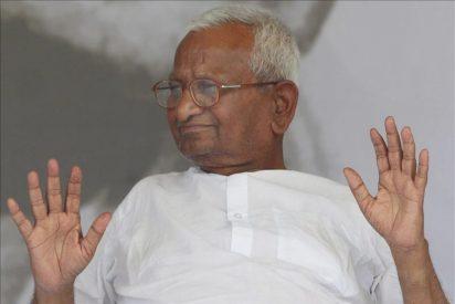 El activista indio anti corrupción Anna Hazare rompe su ayuno