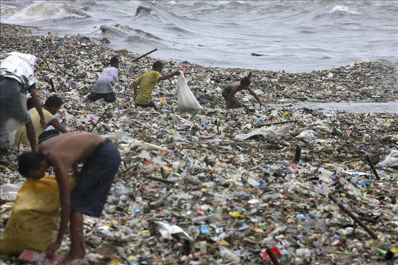 Al menos ocho muertos y miles de evacuados por un tifón en Filipinas