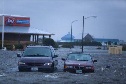 """""""Irene"""" deja 18 muertos y millones de hogares sin electricidad a su paso"""