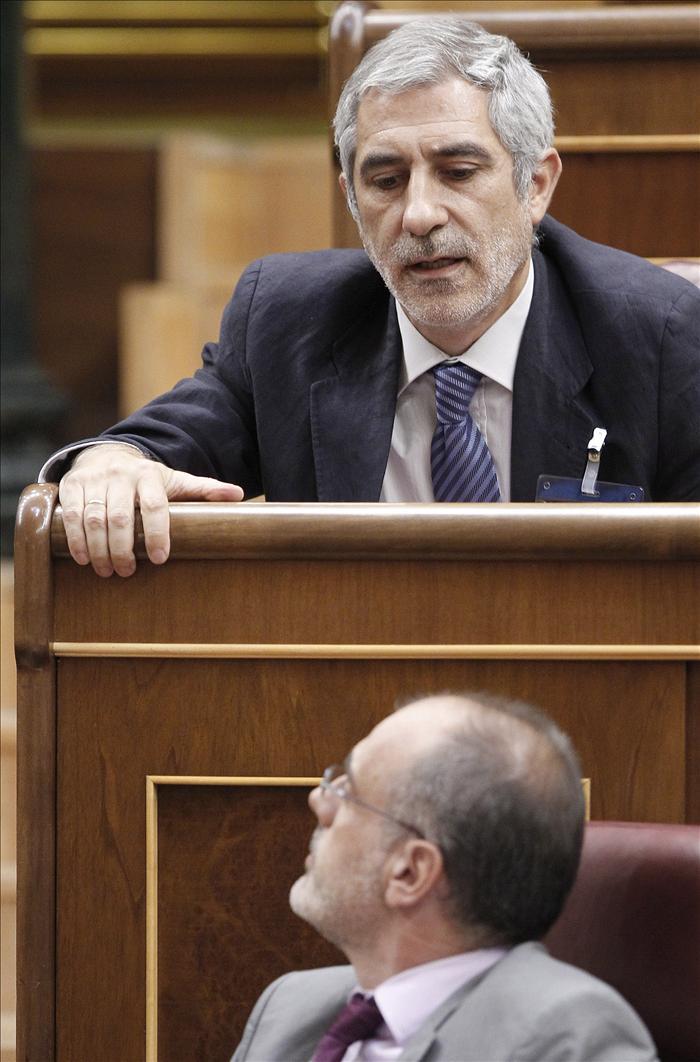 Llamazares pide al PSOE que se rebele, retire la reforma y convoque elecciones
