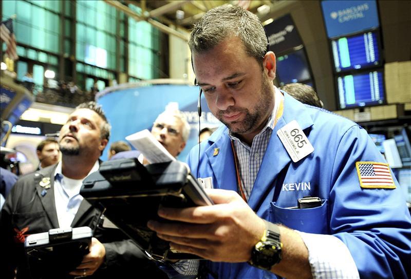 Wall Street modera los números rojos hasta el 0,28 por ciento en la media sesión