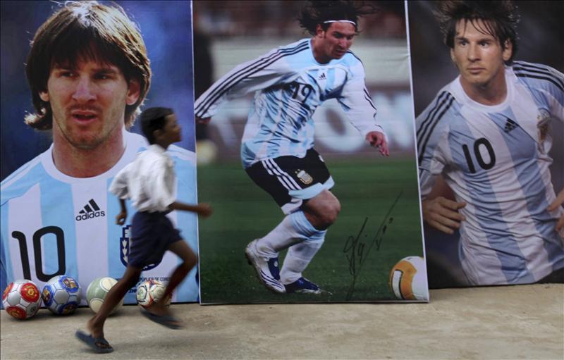 Messi recibe el calor de dos mil aficionados a su llegada a Calcuta