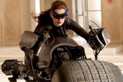Video: Catwoman atropella a un cámara durante el rodaje y se carga una cámara de medio millón de dólares