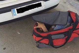 Hallan a un inmigrante escondido en una bolsa de deportes en un coche