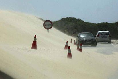 El avance de una duna bloquea a 500 personas en Tarifa