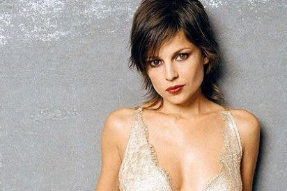 Elena Anaya, 'pillada' desnuda besando a su novia en la playa
