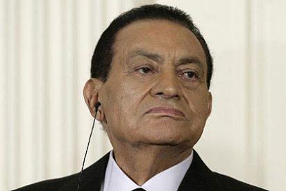 El ex presidente Hosni Mubarak llega en camilla al tribunal del Cairo