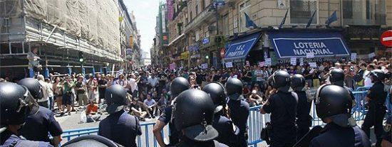 La Policía se retira de la Puerta del Sol y los 'indignados' preparan su cuarto asalto al 'Kilómetro 0'