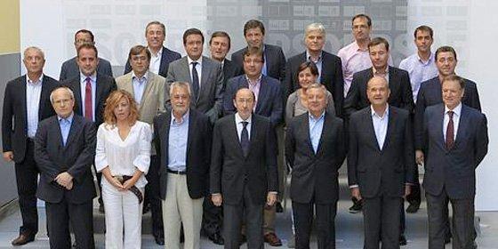 """Rubalcaba le saca los colores a Zapatero ante los 'barones' del PSOE: """"Yo no hubiera hecho la reforma constitucional así"""""""
