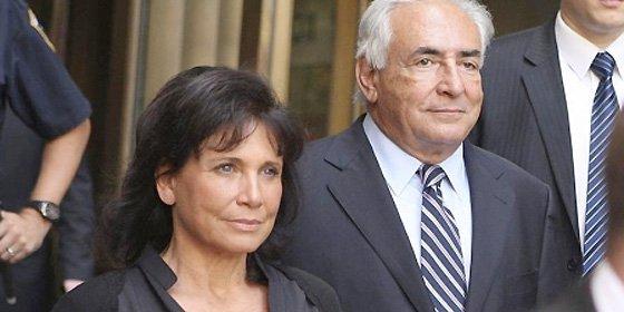 DSK recupera su pasaporte pero no regresa de inmediato a Francia y se queda en EEUU