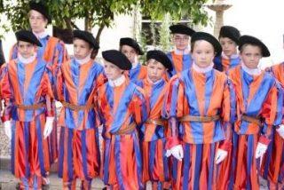 Niños disfrazados de Guardia Suiza recibirán a Benedicto XVI