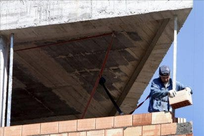 Un obrero cae de un duodécimo piso y milagrosamente sale ileso