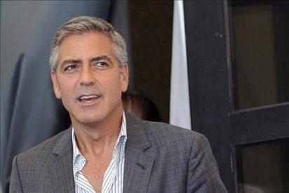 George Clooney, apuesto pero sin novia, por la alfombra roja de Venecia