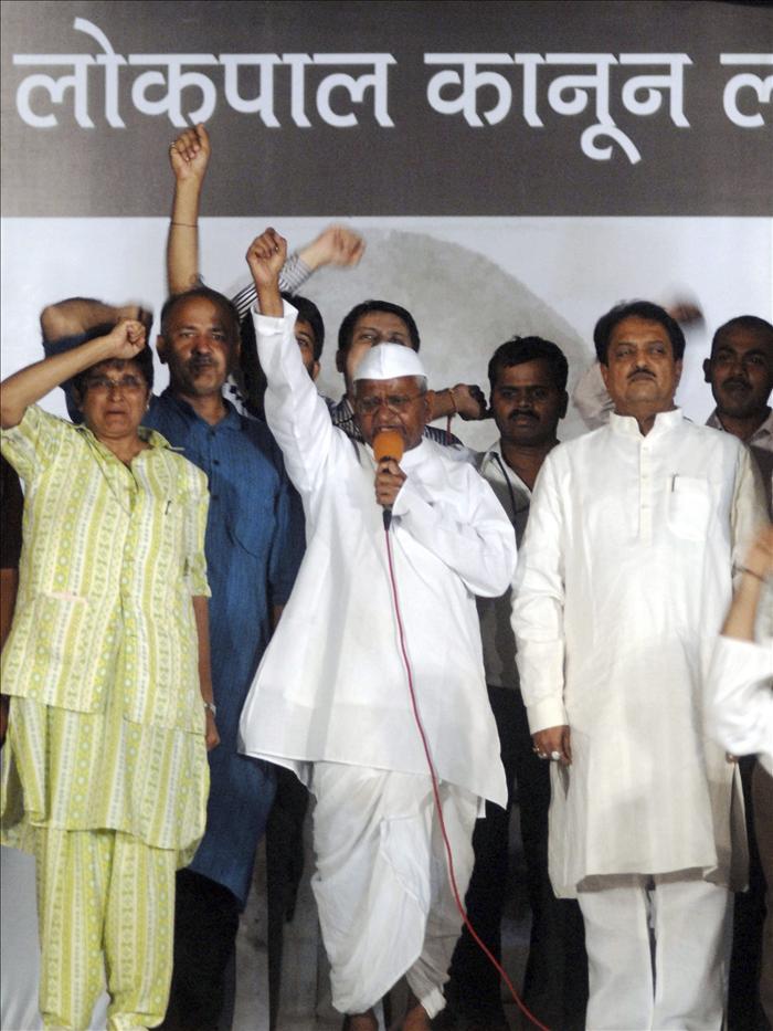 Hazare es recibido como un héroe en el pueblo indio donde impulsa proyectos