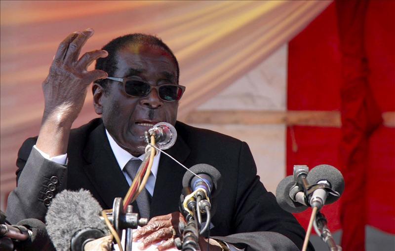 """La viceministra zimbabuense, expulsada de partido de Mugabe por llamarle """"viejo"""""""