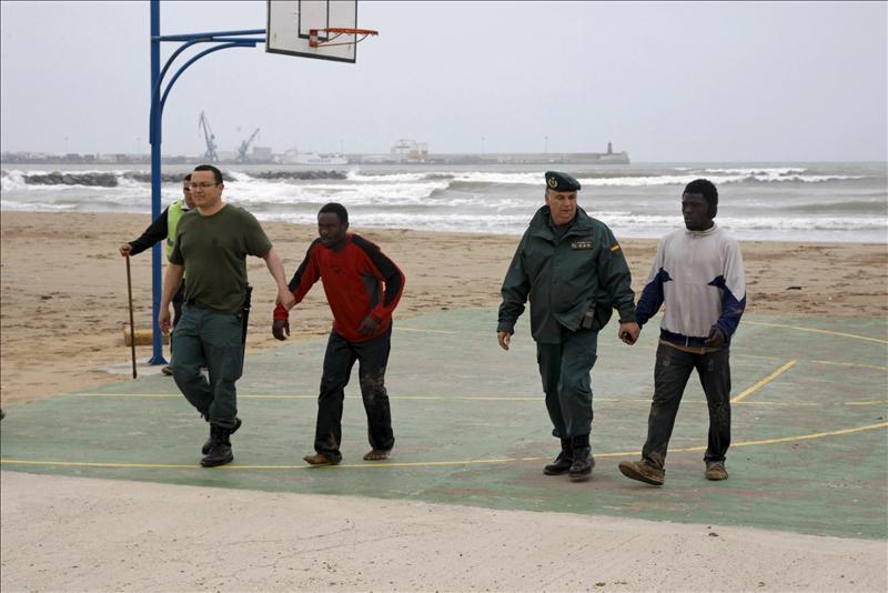 Llegan a Melilla nueve inmigrantes en una lancha, entre ellos tres menores y un bebé