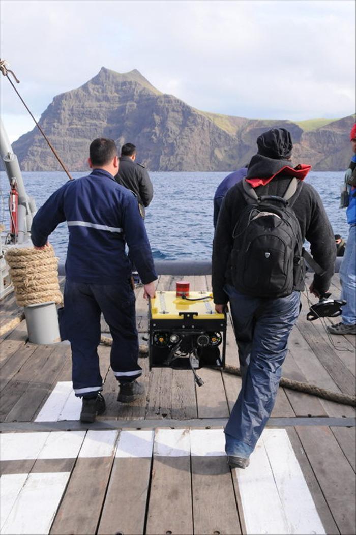 """Ministro chileno dice que """"hoy se encontraron restos humanos"""" tras el accidente del avión"""