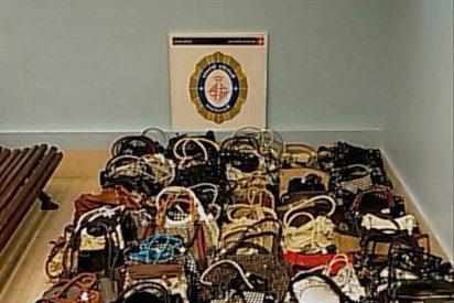 Incautan bolsos falsificados destinados a la venta en el 'top manta'