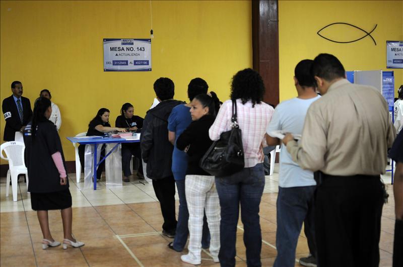 Masiva afluencia de votantes e incidentes aislados en las primeras horas de comicios