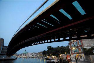 Dañan el puente de Calatrava en Venecia