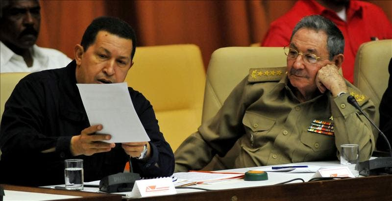 Raúl Castro recibe a Hugo Chávez y Evo Morales en el aeropuerto de La Habana