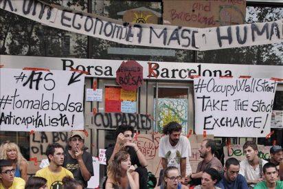 Desalojan a medio centenar de indignados que bloqueaban la Bolsa de Barcelona