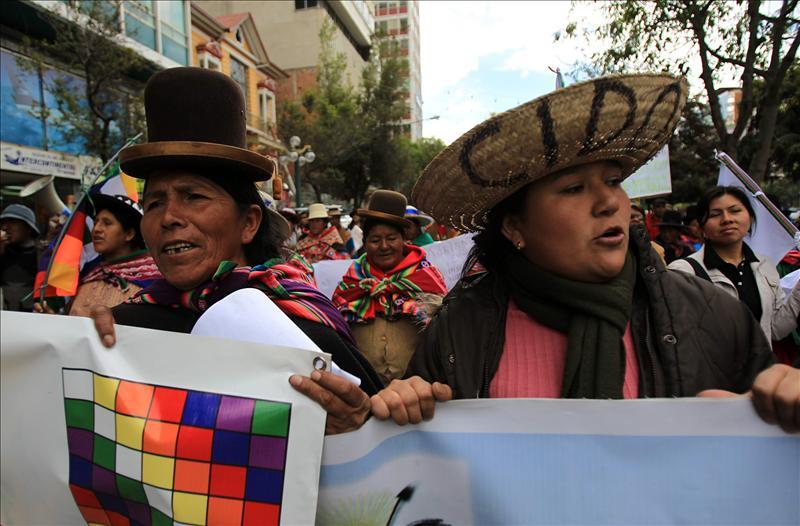 Canciller, viceministro y general, libres tras caminar una hora con los indígenas
