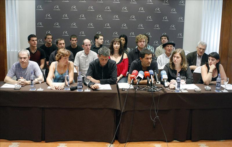 Los presos de ETA escenifican su adhesión al Acuerdo de Gernika
