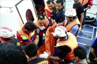 Al menos trece muertos y nueve desaparecidos en un naufragio en Indonesia