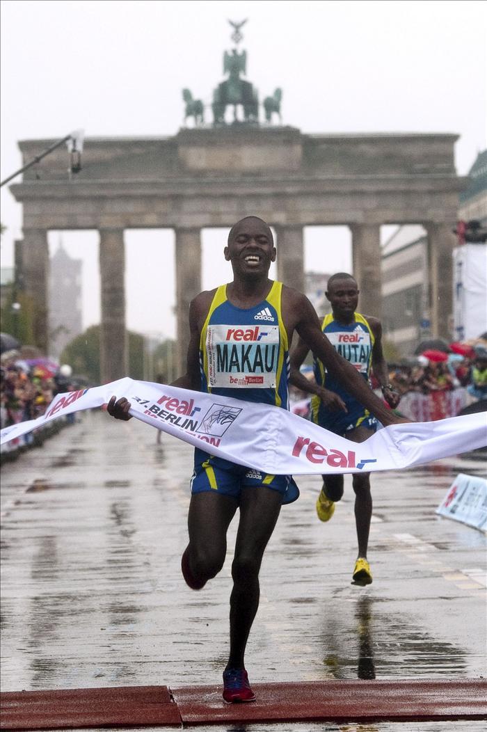 El keniata Makau bate el récord mundial con 2h03:38 en el maratón de Berlín y destrona a Gebre