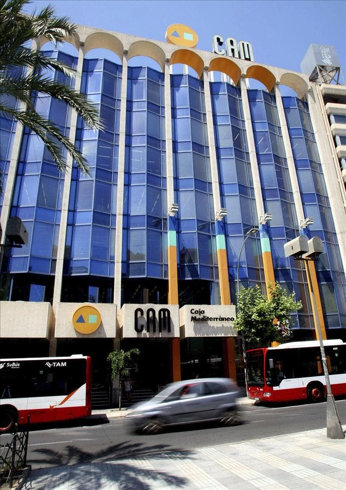 El interés del Santander y La Caixa por la CAM anima la subasta de la entidad