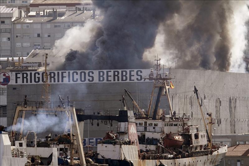 Un incendio sin daños personales en una nave frigorífica colapsa Vigo
