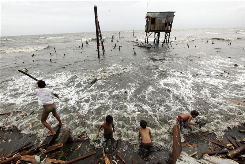 """Aumentan a 21 los muertos por el tifón """"Nesat"""" en Filipinas"""