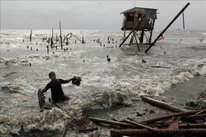 """Al menos 35 muertos y 34 desaparecidos por el tifón """"Nesat"""" en Filipinas"""