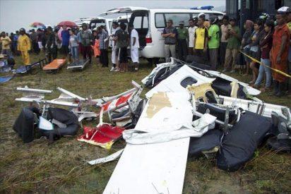 Un avión con 18 pasajeros a bordo se estrella en el oeste de Indonesia